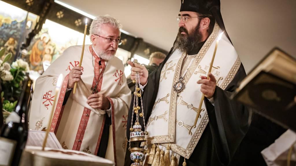 Priester der rumänisch-orthodoxen Kirche feiern einen Gottesdienst in Lausanne. Am Freitag sollen die sterblichen Überreste der Königinmutter Elena von Rumänien in ihre Heimat überführt werden.