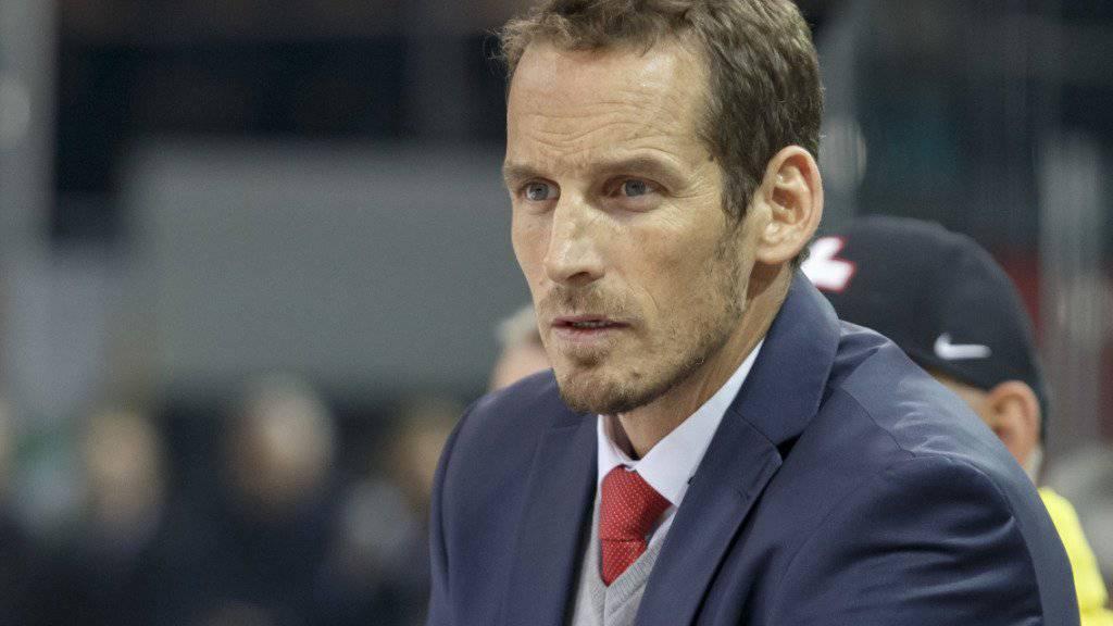 Eishockey-Nationalcoach Patrick Fischer macht sich am Channel One Cup in Moskau ein Bild von den Schweizer Olympiagegnern