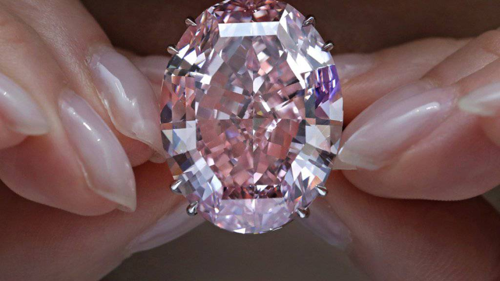 """Der Riesen-Diamant """"Pink Star"""" brach bei einer Versteigerung in Hongkong alle Rekorde."""