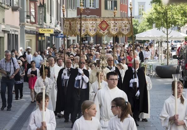 In der Mitte der Prozession geht immer der Pfarrer