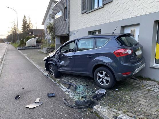 Am Peugeot entstand Totalschaden. Auch der parkierte Wagen sowie das Fahrrad wurden stark beschädigt.