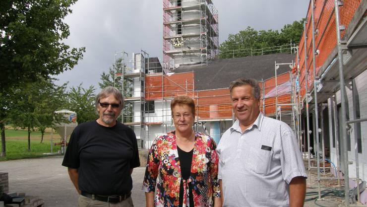 Baustelle: Architekt Franz Studer, Kirchenpflegepräsidentin Erna Staub und Baukommissionspräsident Martin Streich (von links). (ba)