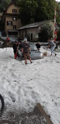 Anwohner und Passanten griffen zu den Schneeschaufeln, ...