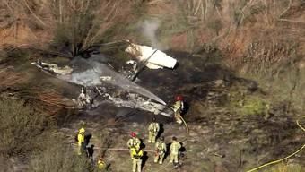 Beim Absturz eines Kleinflugzeugs im US-Bundesstaat Kalifornien sind nach Angaben der Feuerwehr alle vier Insassen ums Leben gekommen.