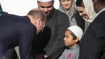 Der britische Prinz William grüsst einen jungen Muslimen beim Besuch der Al-Noor-Moschee in der neuseeländischen Stadt Christchurch.