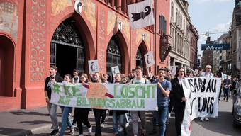 #KeLoscht – Schweizer Schüler gehen auf die Strasse, auch in Basel demonstrierten etwa 80 SchülerInnen gegen den schweizweiten Bildungsabbau Mit Transparenten und Sprüchen zogen die SchülerInnen vom Barfüsserplatz durch die Freie Strasse zum Marktplatz, wo Anna Holm und Adil Koller (Präsident der Baselbieter SP) kurze Reden hielten. Danach löste sich die Demo auf.