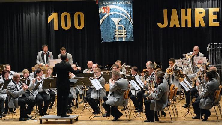 Die einleitenden Stücke des Konzertprogramms unter Leitung von David Mc Veigh nahmen Bezug auf das 100-Jahr-Jubiläum der Konkordia Wolfwil, wie das Stück»The Golden Year».