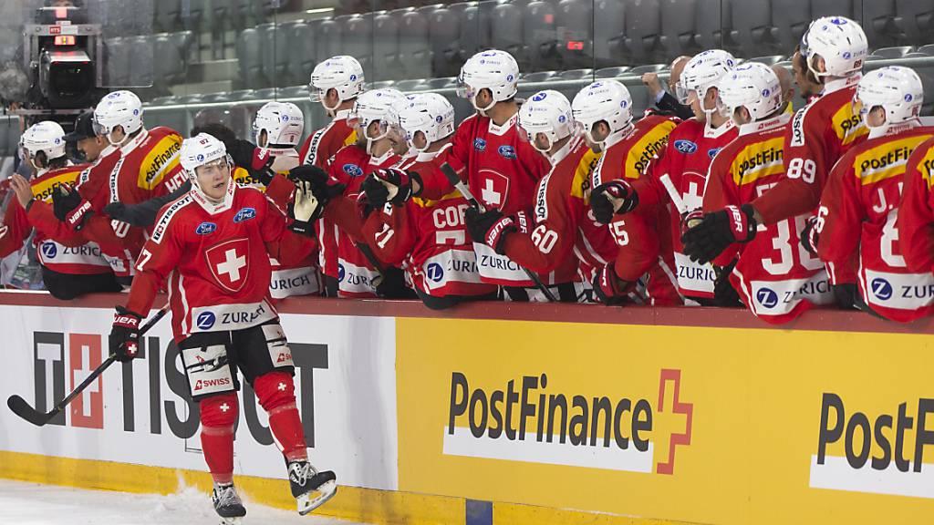 Killian Mottet und seine Teamkollegen dürfen sich zum Auftakt in die WM-Vorbereitung gegenseitig abklatschen: Die Schweiz startet mit einem Sieg gegen Russland