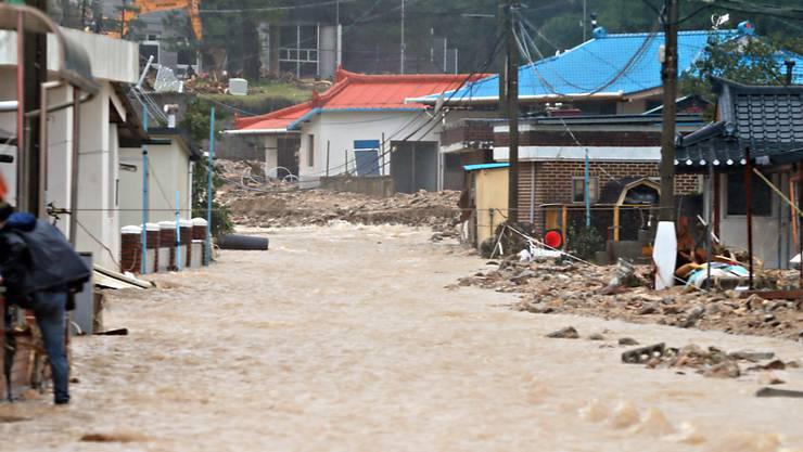 Überflutete Strassen, zusammengestürzte Gebäude: Der Taifun Mitag forderte in Südkorea mindestens zehn Tote. Im Bild der Ort Samcheok.