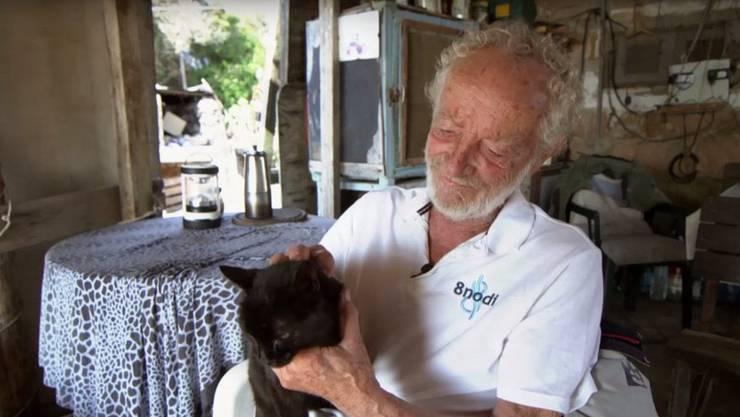 «Ich mag keine Menschen. Ich mag die Natur und die Tiere.» Morandi in seiner Hütte mit seiner Katze. (Screenshot: arte.tv )