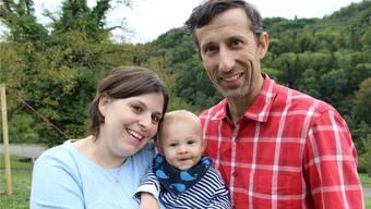 Wegen der Liebe zog er ins Fricktal: Stefan Thierfeld wohnt mit Frau Nadine und Sohn Jonas im Mettauertal. Bilder: Karin Pfister.