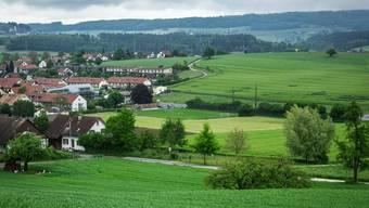 Die Gemeinde Freienwil muss umzonen, damit Asylbewerber untergebracht werden koennen. Diese sollen direkt an die Wiese des Fussballplatzes angrenzt. Aufgenommen am 24. Mai 2016 in Freienwil. Das Bild wurde vom Sophie-Huegel aufgenommen.