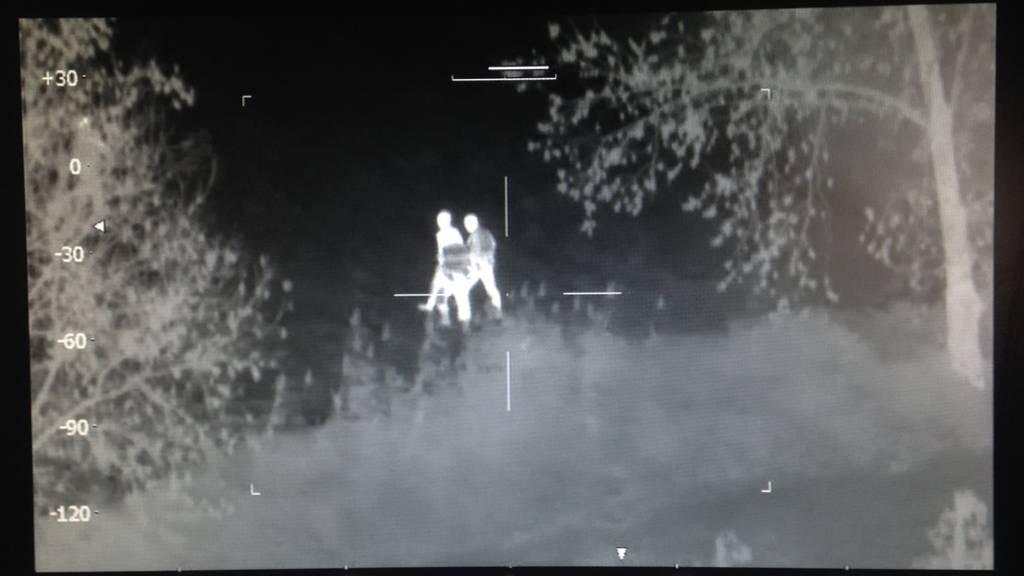 Die Festnahme aufgenommen von der Wärmebildkamera.