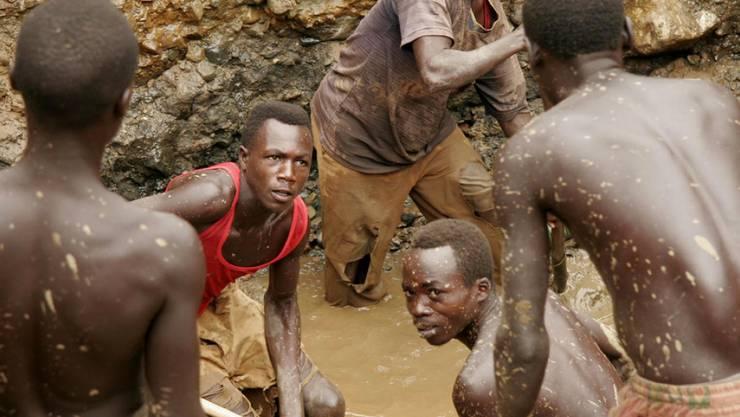 Ehemalige Milizionäre schürfen im Jahr 2006 Gold in einer improvisierten Mine im Osten der Demokratischen Republik Kongo (Symbolbild)
