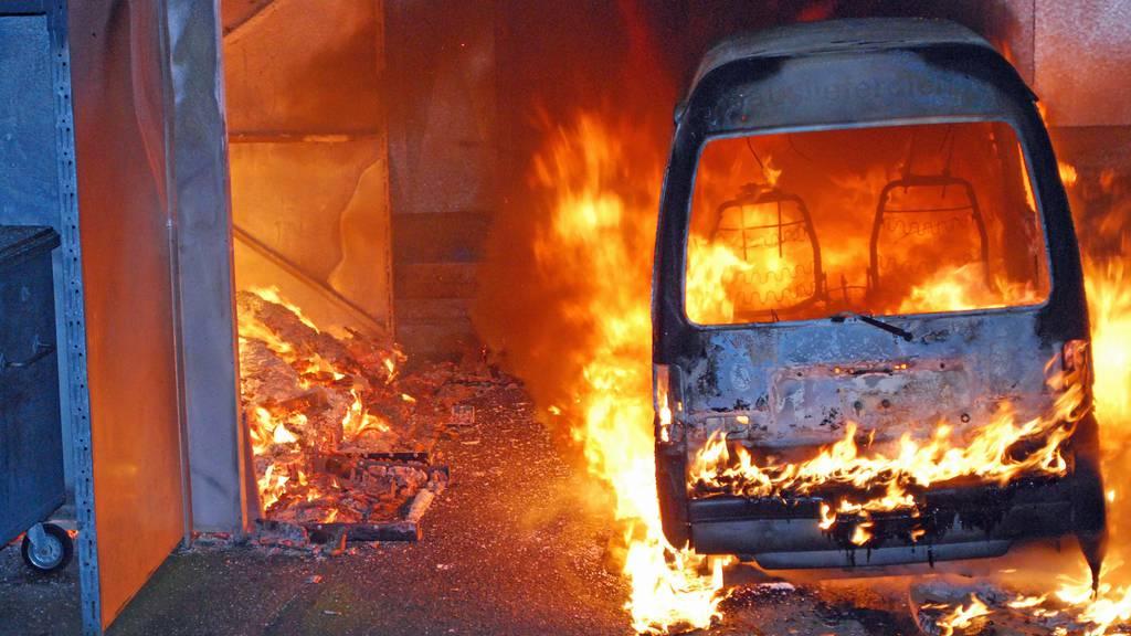 Lieferwagen in Emmen brennt komplett aus