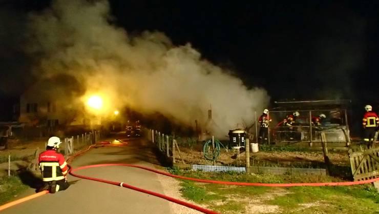 Die Feuerwehr fand das Schrebergartenhaus im Vollbrand vor.