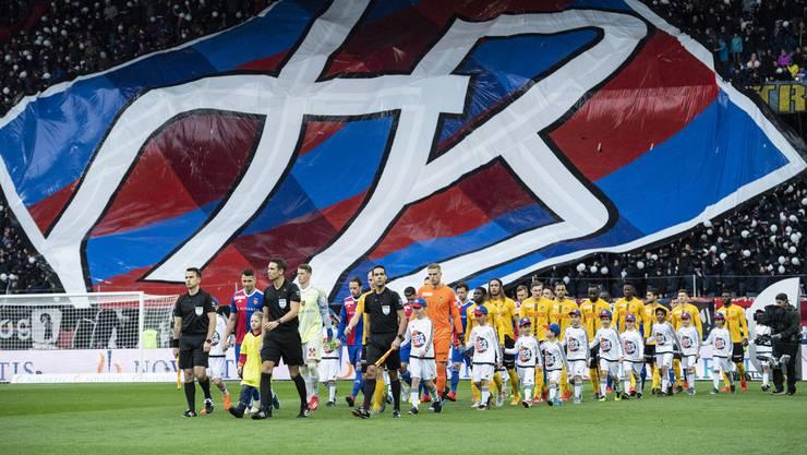 Impressionen vom Spitzenkampf: Die Mannschaften laufen unter der Choreo der Muttenzerkurve ins Stadion ein.