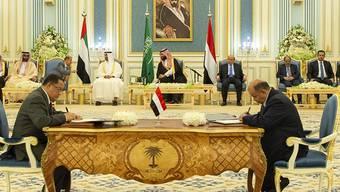 """""""Diese Vereinbarung wird, so Gott will, zu umfassenderen Gesprächen zwischen den Konfliktparteien im Jemen führen, um eine politische Lösung zu finden und den Krieg zu beenden"""", sagte der saudische Kronprinz Mohammed bin Salman (Mitte, hinten) zum Friedensabkommen."""