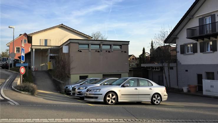 Sollen bereits abgebrochen sein: Das ehemalige Volg-Gebäude und die alte Nähschule.