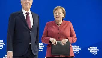 Angela Merkel mit WEF-Gründer Klaus Schwab auf der Bühne am WEF in Davos.