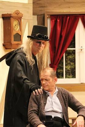 Der Schacher Sepp (Mike Erdin, vorne) soll vom Beinli-Chrömer (Theo Sibold) abgeholt werden.