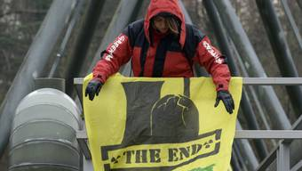 Eine Greenpeace-Aktivistin protestiert im März 2014 beim AKW Beznau.