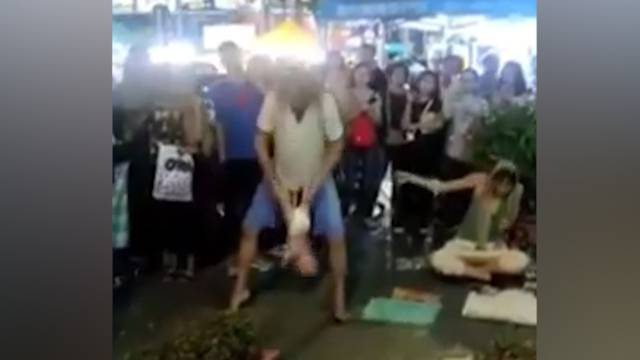 Russe schwingt sein Baby an den Beinen durch die Luft