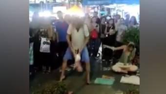Sie schwangen nicht nur ein Baby durch die Luft, sie bettelten auch in Malaysia: Dieses Video erhitzt die Gemüter – die Eltern werden nun von der Polizei befragt.
