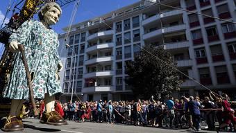 Die Riesen-Oma und ihre Liliputaner-Helfer spazieren durch Genf.