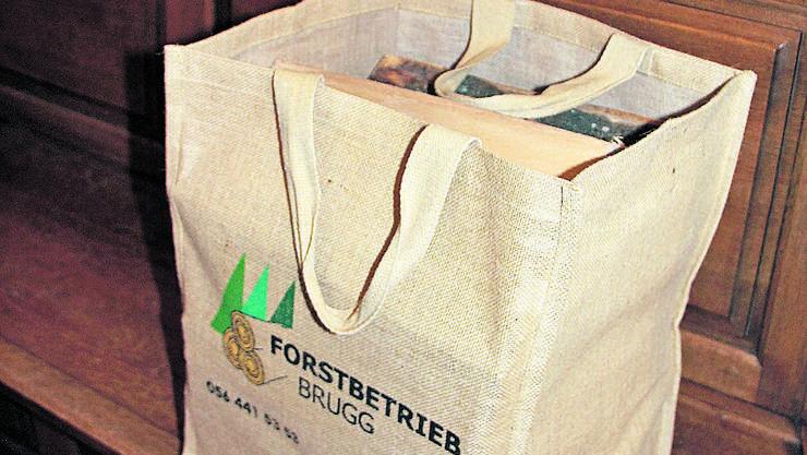 Die Tasche des Forstbetriebs enthält 20 kg Brennholz.