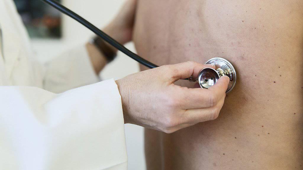 Die Ärzteverbindung FMH plädiert für einfache und landesweite Kriterien für die Zulassung neuer Ärztinnen und Ärzte in der Schweiz. (Gestelltes Symbolbild)