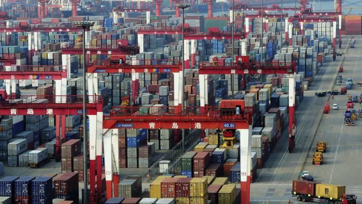 Containerhafen in Qingdao im Osten Chinas (Archiv)