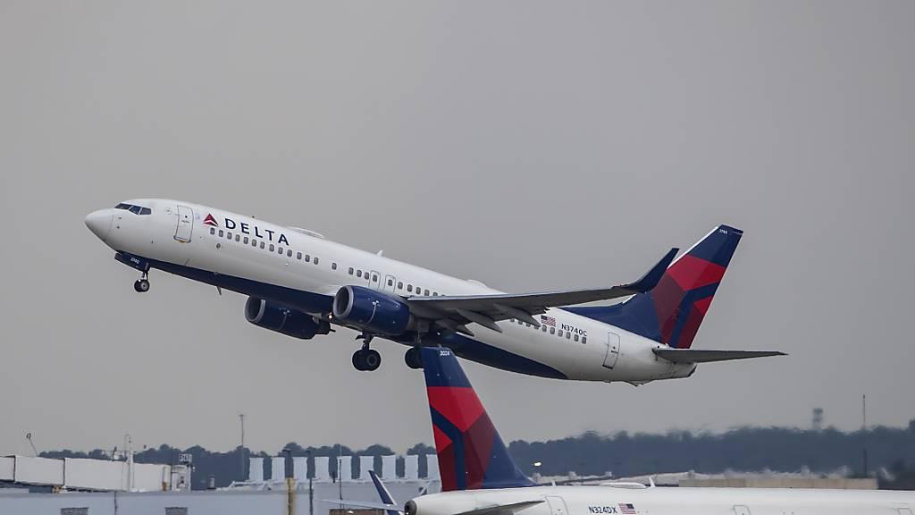 Die amerikanische Fluggesellschaft Delta Air Lines schickt wegen der Coronakrise knapp 2000 Piloten in den Zwangsurlaub. (Archivbild)