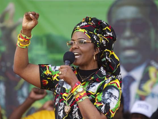 """Simbabwes First Lady Grace Mugabe. Wegen ihrer Prunksucht erhielt sie von der Bevölkerung den Zunamen Grace """"Gucci"""" Mugabe. Das Militär will verhindern, dass sie auf ihren Mann als Präsidentin folgt."""