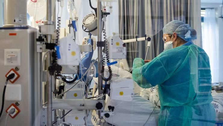Plätze auf den Intensivstationen hat es derzeit genug, doch jetzt werden die Medikamente knapp. (Symbolbild)