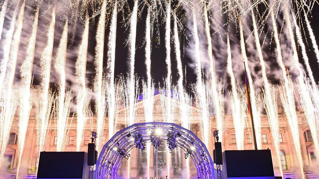 Feuerwerk vor dem Reichstag in Berlin zur Feier von 25 Jahren Deutscher Einheit.