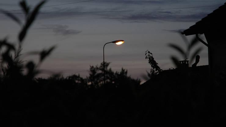 In einer Testphase wird während sechs Monaten die Strassenbeleuchtung ausgeschaltet zwischen 0.30 Uhr und 5 Uhr in der Nacht.