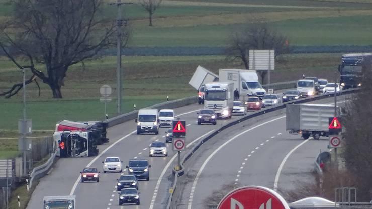 Die A1 musste in Fahrtrichtung Bern wegen eines umgestürzten Lastwagens gesperrt werden.