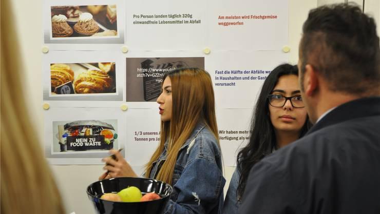 Mit einem Kurzfilm über das tägliche Wegwerfen von essbarer Nahrung gewannen diese beiden Jugendlichen den dritten Platz. ZVG