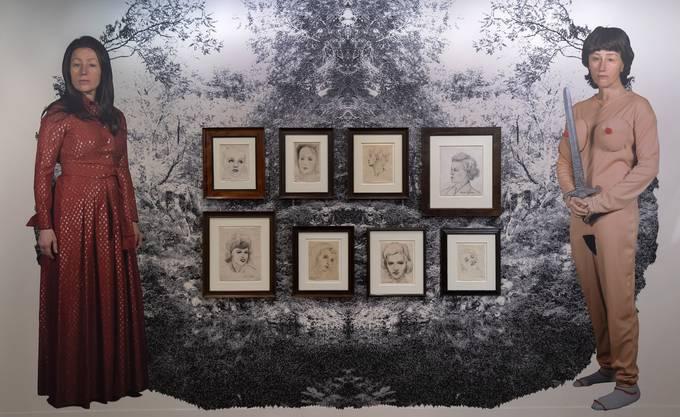 Vor die Tapete von Cindy Sherman werden Werke von Francis Picabia gehängt.