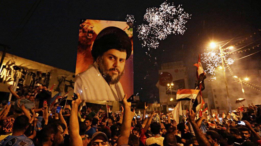 Anhänger des schiitischen Geistlichen Muktada al-Sadr feiern in Bagdad. Der 44-Jährige hat wie erwartet die Parlamentswahl im Irak gewonnen. (Archiv)