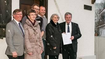 Die Freude ist gross, trotz Schneegestöber im Frühling, der Schüeli Kaufvetrag ist unterzeichnet. Von rechts: Walter Forrer, Rosemarie Stucki, Mario Schlatter, Claudio Haller, Rita Businger, Peter Bieri.