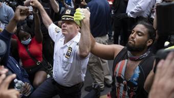 Polizisten solidarisieren sich mit Demonstranten