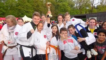 Die Mitglieder des Karateclubs Rheinfelden/Laufenburg freuen sich über den Gewinn des Vereinspokals. zvg