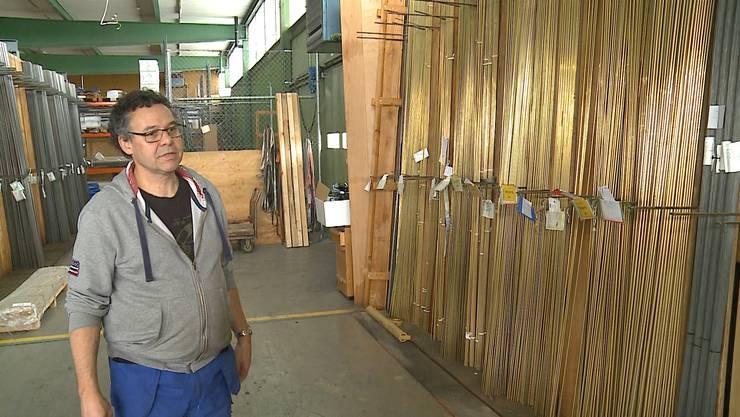 Kurt Gasser im Lagerhaus. Solcher Messingstangen wurden Tonnenweise abtransportiert.