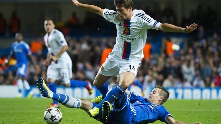 Nur wenige Monate nach dem Halbfinal in der Europa League heisst es am ersten Spieltag der Champions League 2013/14 erneut Chelsea gegen FCB. Marco van Ginkel senst in die Beine von Valentin Stocker.