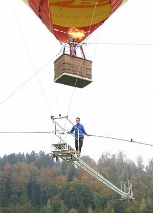 Freddy Nock plante einen Balanceakt auf 5000 Metern. Unterhalb eines Ballons will er ungesichert, ohne Stange, blind und auf einem Velo eine Traverse überqueren und so weitere drei Weltrekorde aufstellen.