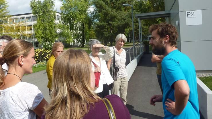 Björn Frey (rechts) führt Besucherinnen herum.
