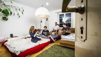 Eigentlich ist es im Schlafzimmer absolut still – für den Fotografen musiziert die FuWo-WG aber für einmal im Bett.