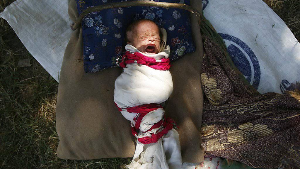 Schreiendes Baby in einem Flüchtlingscamp in Pakistan, wo gemäss Unicef eines von 22 Neugeborenen im ersten Monat stirbt. (Archiv)